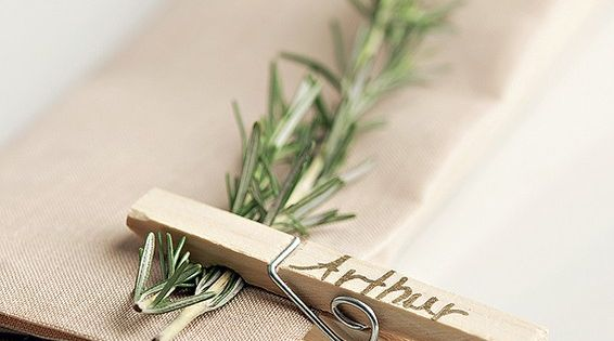 Marcadores de lugar feitos com um raminho de erva aromática, prendedor comum