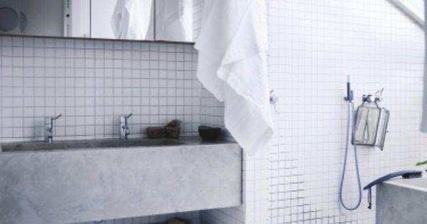 Betonnen wasbak wastafel wit grijs badkamerinspiratie bathroom - Groene metro tegels ...
