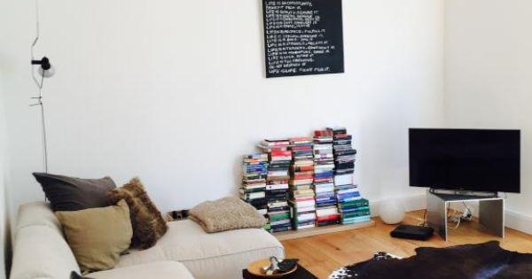 Helles, Freundliches Wohnzimmer Mit Bücherstapel, Flachbildfernseher Und  Gemütlicher Atmosphäre. Wohnung In Stuttgart.   HOME INSPIRATION    Pinterest ...