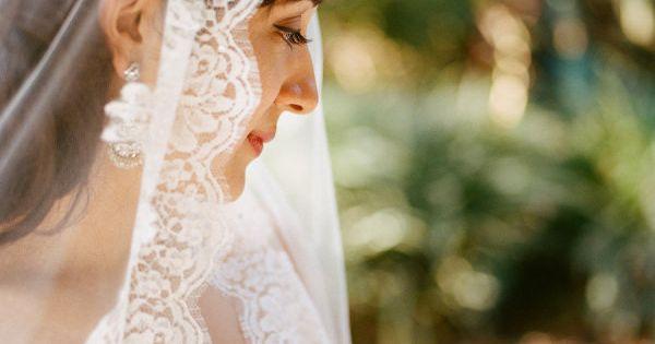 Vintage Mantilla Veil - http://weddbook.com/media/891807/veils
