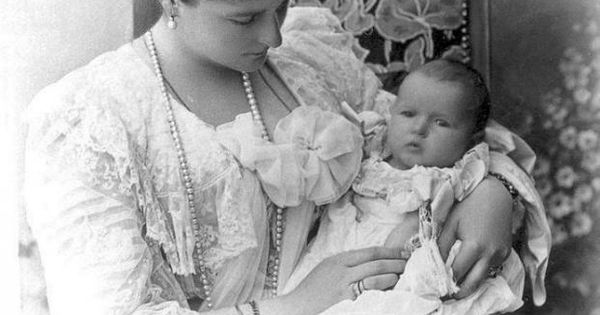 Empress Alexandra Feodorovna of Russia with Grand Duchess Anastasia. 1901. Russian history