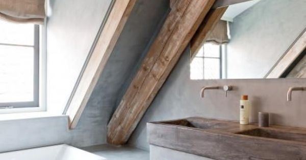 Mooie badkamer voor op zolder italiaans stuc met de houten balken geeft een robuuste stijl - Slaapkamer met zichtbare balken ...