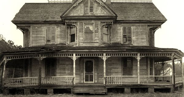 I love old houses like this! This would be the PERFECT haunted