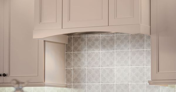 Kraftmaid Cabinetry S Wall Hood Box Makes This Commercial Grade Stove A Focal Point Of This