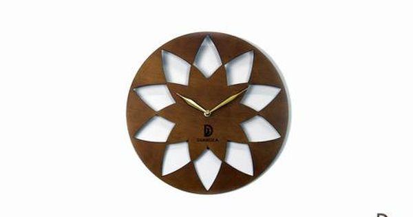 ساعة حائط خشب راقية بتصميم هادئ وجذاب تصميمها العادي والأنيق يجعلها تتناسق مع كل أنواع الديكورات الخشب المستخدم في صناعتها من أجود أنوع Wall Clock Clock Wall