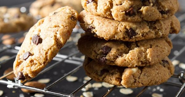 Crispy Peanut Butter Chocolate Chip Cookies /by Oh She Glows vegan recipe