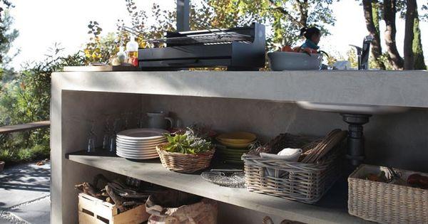 Taill e dans la pierre et minimaliste cette cuisine ext rieure est bas e sur un immense plan de - Leroy merlin buitenkeuken ...
