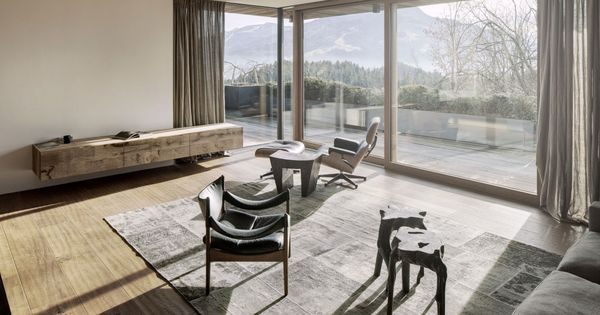 salon chalet lumineux baie vitr e rideaux pinterest rideau baie vitr e baies vitr es et. Black Bedroom Furniture Sets. Home Design Ideas