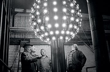 Brief History Of The New Year S Eve Ball With Images New Years