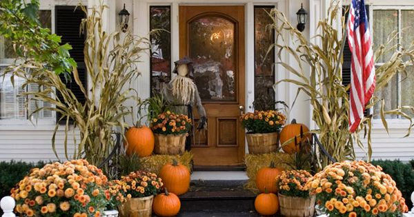 10 elegant ways to decorate with pumpkins this fall mini for Fall balcony decorating ideas