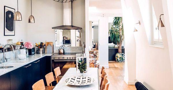 Une cuisine conviviale de noir et de marbre cuisine for Cuisine conviviale