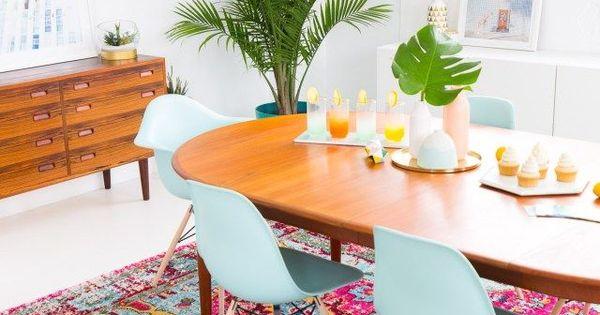 A joyful and modern dining room for summer vloerkleden eetkamer en interieur - Moderne eetkamer set ...