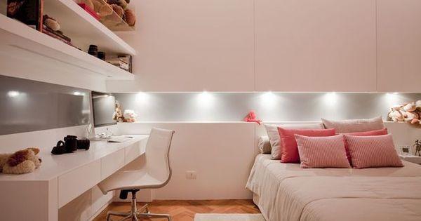A iluminação embutida deixou o quarto clean e moderno. Os tons quentes