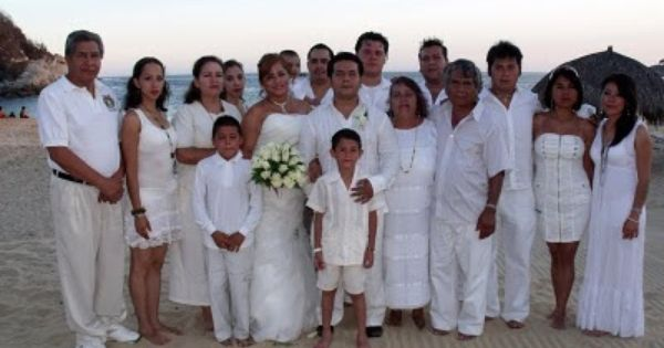 Pide a tus invitados vestirse de blanco, ideal para tu boda en playa por Bodas