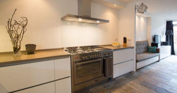 Greeploze hoogglans witte keuken met aansluitend een zitbank en tv meubel in dezelfde stijl - Gekleurde muren keuken met witte meubels ...
