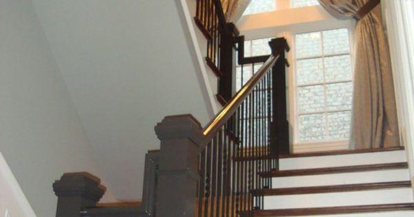 wei e treppen und schwarze br stung vorh nge am fenster treppenhaus deko bauen pinterest. Black Bedroom Furniture Sets. Home Design Ideas