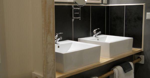 Badkamer landelijke stijl witte waskom houten meubel donkere tegel badkamer bathroom - Badkamer retro chic ...