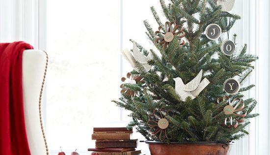 kleiner weihnachtsbaum tisch eimer selbstgebastelte ornamente christbaumschmuck diy. Black Bedroom Furniture Sets. Home Design Ideas