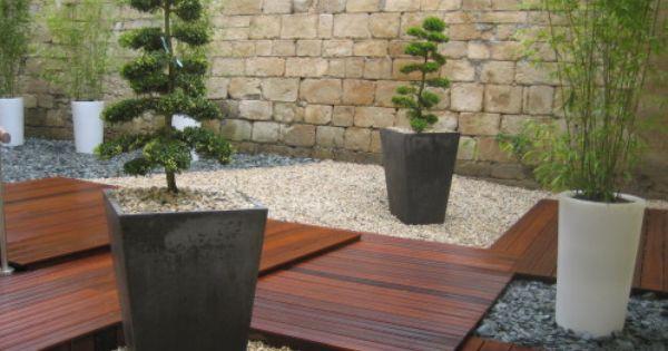 Terrasse En Bois Exotique Borde D Un Paillage Mineral De Gravier