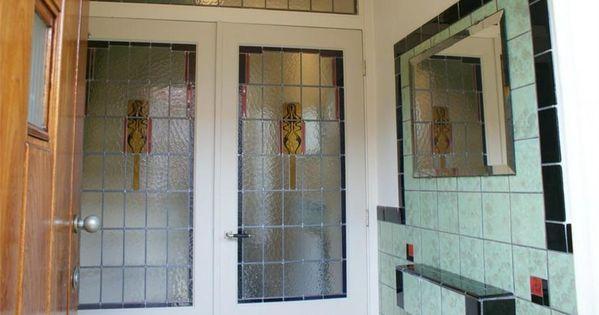 Hal met groene tegels en glas in lood deuren in deze jaren 30 huis in ...