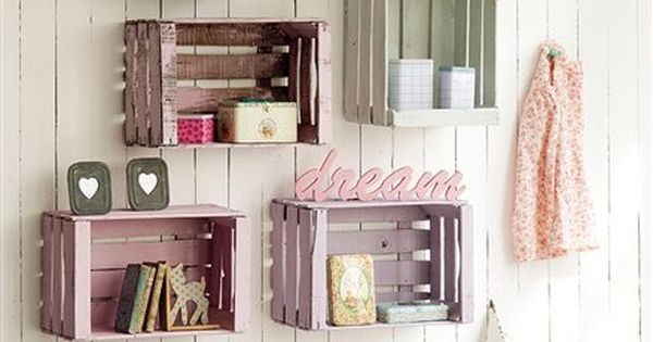 sch n und einfach obstkisten aus holz in verschiedenen farben streichen und an die wand h ngen. Black Bedroom Furniture Sets. Home Design Ideas