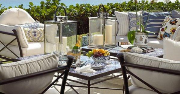 Terraza en forja con cojines en blanco y azul. mesas y ceramica ...