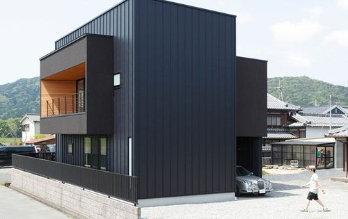 Bardage m tallique et formes cubiques pour cette maison for Architecture japonaise contemporaine
