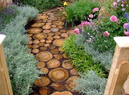 tree trunk segments instead of stepping stones. Genius! Garden pathway idea I
