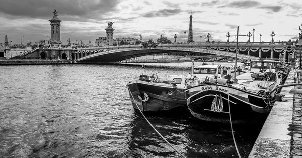 paris sur seine pr s du pont alexandre iii en noir et blanc photo par julien marseille 07. Black Bedroom Furniture Sets. Home Design Ideas