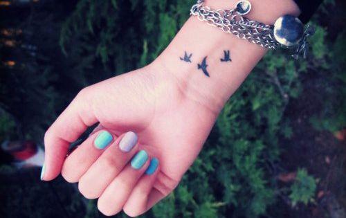 Tatouage hirondelle au poignet tatouages pinterest see best ideas about oiseaux tatoo and - Tatouage hirondelle poignet ...