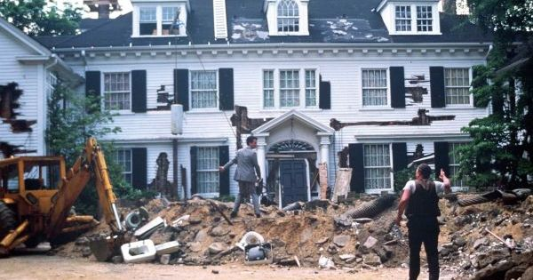 Lattingtown house in tom hanks 39 39 money pit 39 for sale tom for Hank s fish market