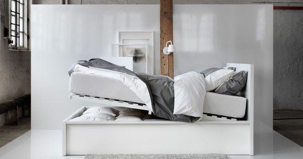 Malm bettgestell mit bettkastenautomatik in wei vor einer for Schlafzimmer malm
