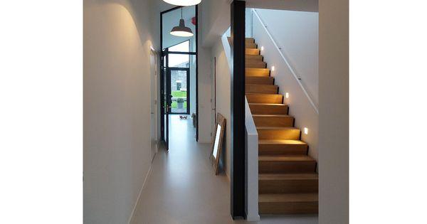 Strakke eiken trap met verlichting en gietvloer in nieuwbouwwoning in nieuwkoop het ontwerp - Railing trap ontwerp ...