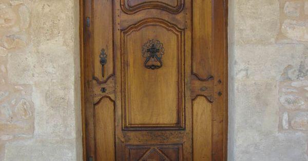 Porte d 39 entr e ancienne en noyer restaur e portes d for Isolation porte d entree ancienne