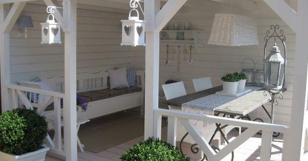 romantische veranda im landhausstil gem tlicher r ckzugsort im garten der f r atmosph re sorgt. Black Bedroom Furniture Sets. Home Design Ideas