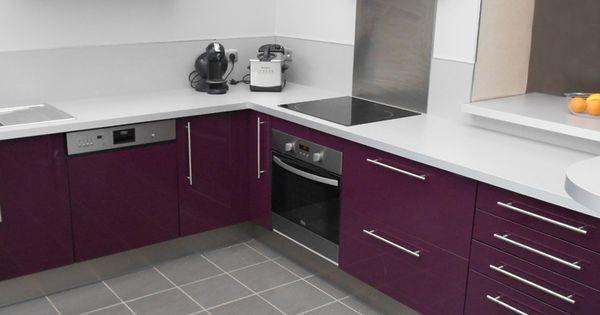 cuisine couleur aubergine au style design implantation en l plan de travail et cr dence gris. Black Bedroom Furniture Sets. Home Design Ideas