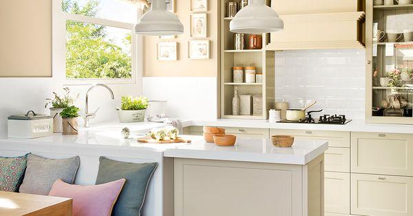 Peque a cocina con pen nsula y office armarios tonos for Cocina office pequena