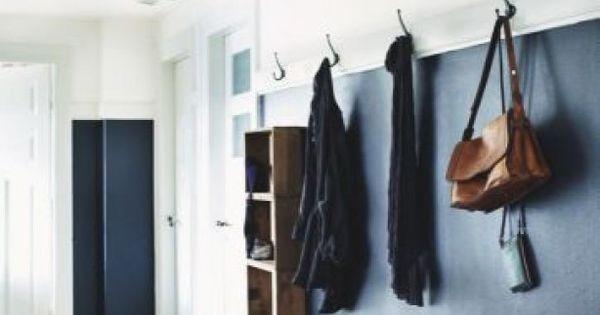 Mooi ontwerp voor een gang zwart glans stuc houten bankje rieten manden perzisch kleed op for Schilderen voor gang d