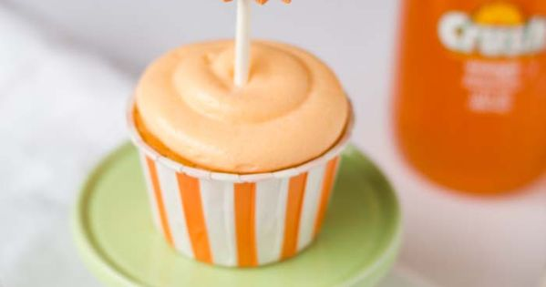 Orange crush cupcakes with JELLO topped with creamsicle frosting! Delicious orange cream