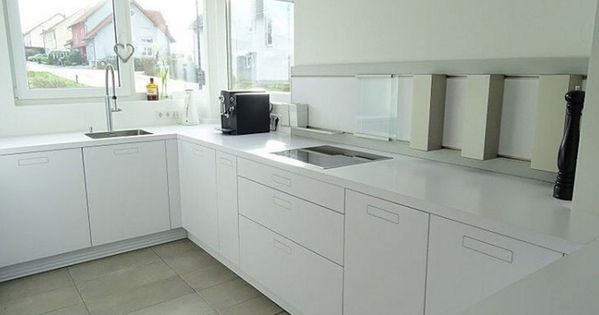 weisse-kueche-weisse-arbeitsplatte-minimalistisch | kitchens, Kuchen