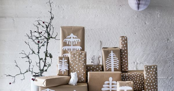 Christmas presents are wrapped with brown kraft paper for Decoration fenetre posca