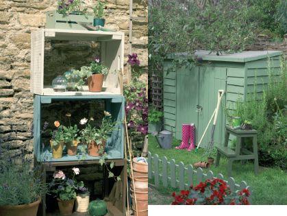 Petit cabanon de jardin et caisses en bois pour rangement for Cabanon rangement jardin