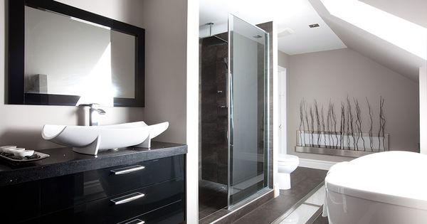 Ton sur ton le mobilier et les armoires de cette salle de for Peinturer un comptoir de salle de bain