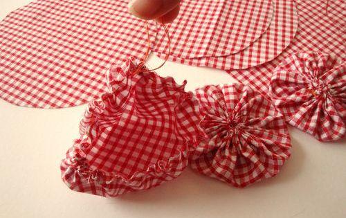 tutoriel yoyo flowers fleurs en tissu fabriquer une d co de table femme2decotv fabric. Black Bedroom Furniture Sets. Home Design Ideas