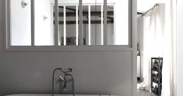 Verri re une cloison pleine de charme pour la salle de for Vitre pour salle de bain