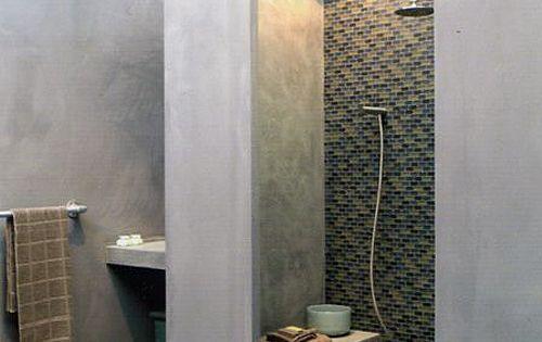 Petit banc int gr dans la douche salle de bain for Materiaux plafond salle de bain