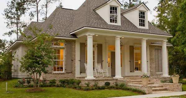Love The Exterior Paint Colors Columns And Stucco Are Painted In Sherwin Williams Pearly White