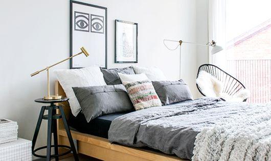lit ikea t te de lit basse tapis ikea tabouret faisant office de table de chevet si ge. Black Bedroom Furniture Sets. Home Design Ideas