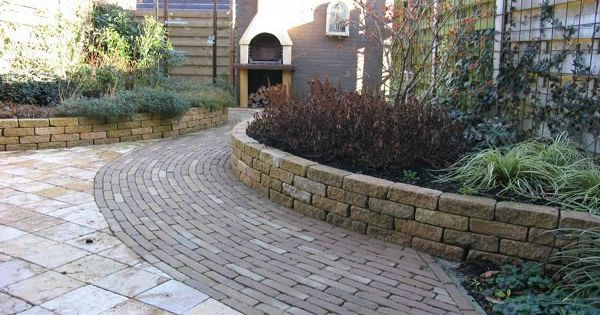 Kleine tuin met ronde vormen tuin pinterest tuin tuinontwerp en stenen plantenbakken for Tuin decoratie met stenen