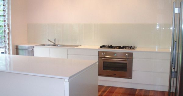 Starphire glass splashback coated in antique white usa love the drawers in this kitchen too - Glass splashbacks usa ...